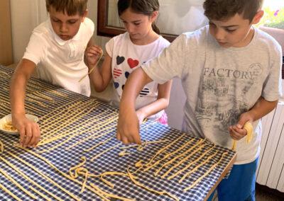 bambini fanno la pasta
